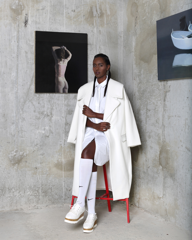 מעיל ושמלה - מאיה נגרי; נעליים, טו גו; גרביים, נייקי; עניבה, מאוסף פרטי / ציורים: ארן זינגר (צילום: תמר קרוון)