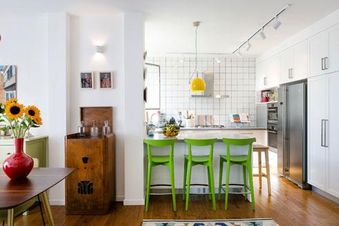 מבט ממבואת הכניסה אל המטבח (צילום: שירן כרמל)