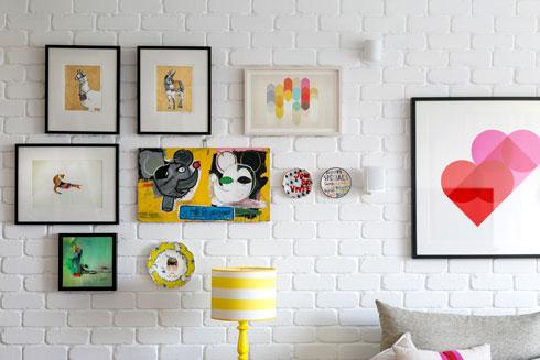 מנורה ותמונות בוהקות על רקע הקיר (צילום: שירן כרמל)