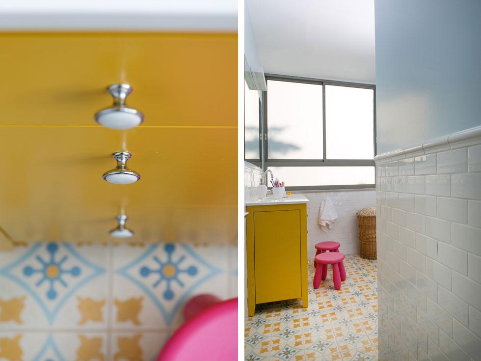 חדר הרחצה של הילדות עוצב בצבעוניות של צהוב, לבן וכחול, בהתאם לאריחי הרצפה המעוטרים (צילום: שירן כרמל)