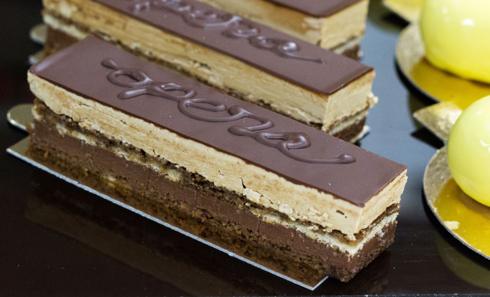 שכבות של ביסקוויט, גנאש שוקולד וקרם קפה. עוגת אופרה (צילום: אולגה טוכשר)