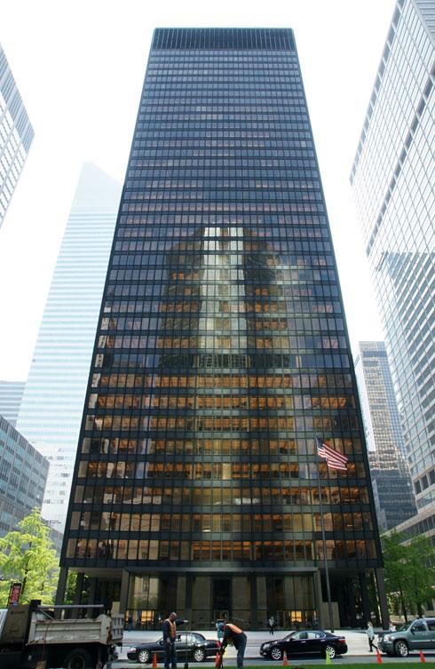 מגדל Seagram במנהטן, בתכנונו של מיס ואן דר רוהה, נמנה על יצירות המופת של האדריכלות המודרניסטית. תולדה של התעקשותה של למברט מול אביה, סמואל ברונפמן (צילום: Noroton, cc)