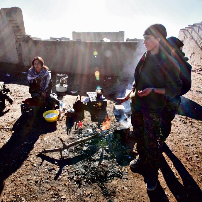 Tzur Shezaf talking to female Kurdish fighters.