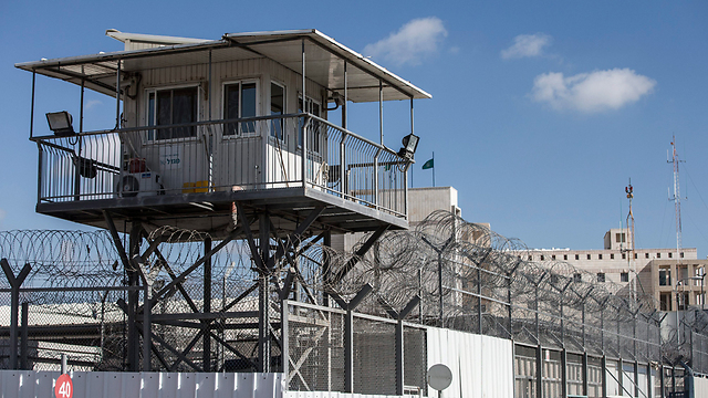 כלא איילון. הררי מחה על התנאים שניתנים לאסירים (צילום: EPA)