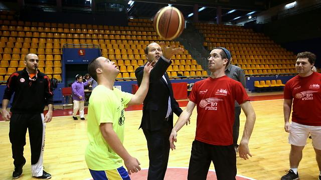 Jerusalem Mayor Nir Barkat at the special needs basketball team's game (Photo: Oren Ben Hakun)