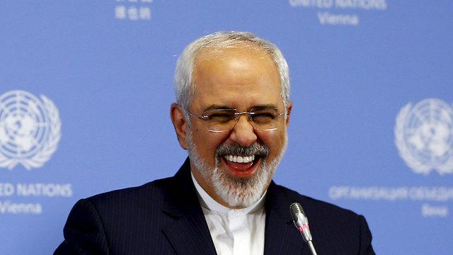 צוחק כל הדרך אל הבנק. שר החוץ האיראני זריף (צילום: EPA) (צילום: EPA)