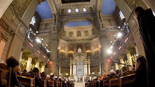 שבעים אחוזים מיהודי היבשת חוששים להגיע לתפילות ולחגיגות המשותפות בראש השנה וביום כיפור. בית כנסת ברומא (צילום: AP)