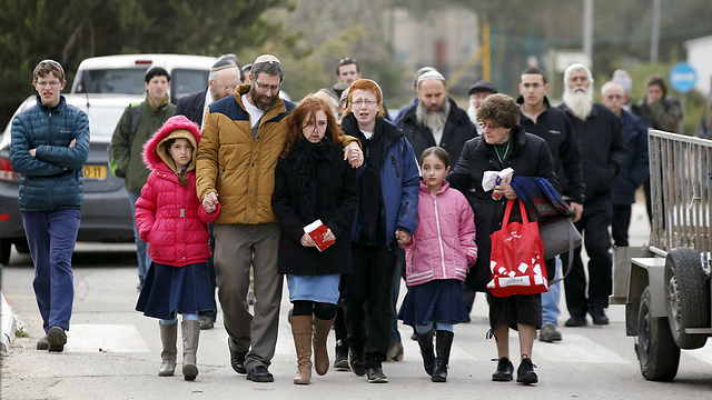 Dafna Meir's husband and children arrive at the Givat Shaul cemetery (Photo: Reuters)
