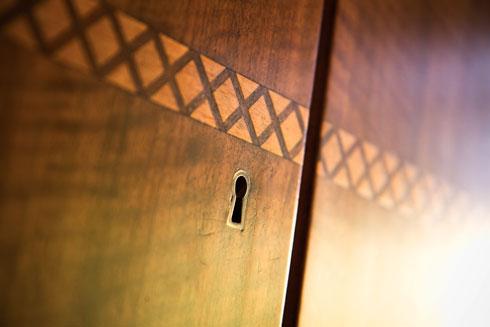 פרט בארון הקיר המקורי, שחודש בחדר ההורים (צילום: אסי אורן)