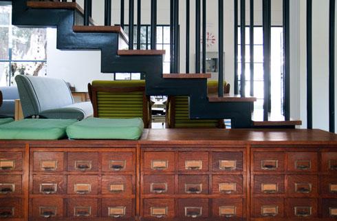 מדרגות כהפרדה חצי שקופה בין מבואת הכניסה לסלון (צילום: אסי אורן)
