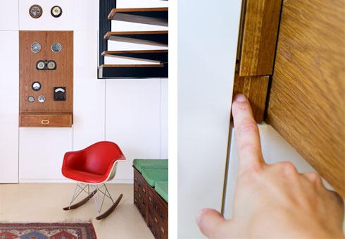 אוסף השעונים הובלט בתוך קיר הארונות הלבנים על רקע לוח עץ אלון (צילום: אסי אורן)