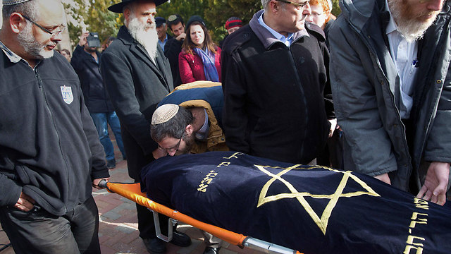 Natan kisses his wife one last time (Photo: AFP)