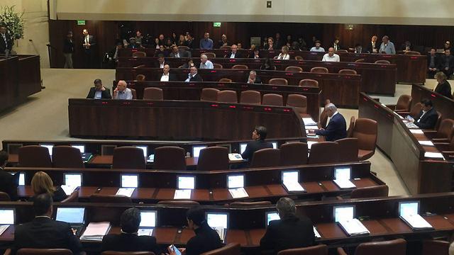 כיסאות ריקים במליאה בתחילת הדיון החגיגי (צילום: מורן אזולאי) (צילום: מורן אזולאי)