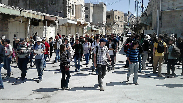 A Breaking the Silence tour in Hebron (Photo: Louise Garin)