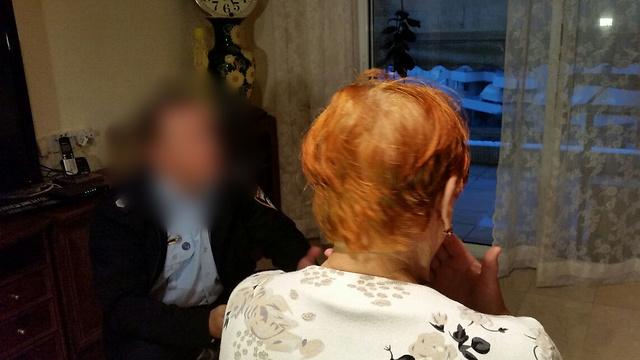 Потерпевшая дает показания сотруднице полиции. Фото: Ави Муалем