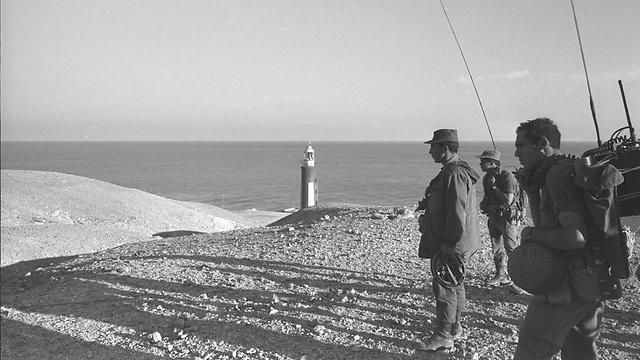 """כוחות צה""""ל על האי (צילום: משה מילנר, לע""""מ) (צילום: משה מילנר, לע"""