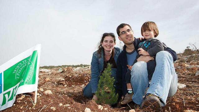 Families that plant trees together, stay together (Photo: Ancho Gush, KKL)