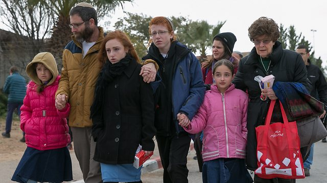 Dafna Meir's husband, children and adoptive mother at her funeral (Photo: Ohad Zwigenberg)