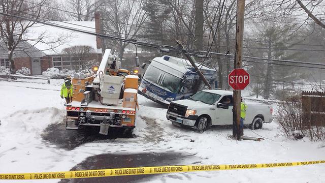 אוטובוס שפגע בעמוד חשמל וגרם להפסקת חשמל בקונטיקט (צילום: נתנאל שרצר) (צילום: נתנאל שרצר)