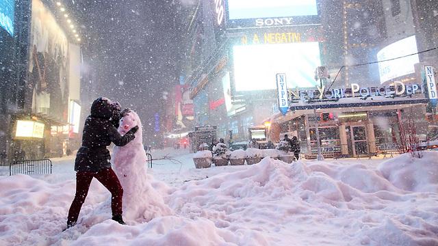 הבודדים שכן יצאו לרחובות ניו יורק מנצלים כל רגע (ציום: AFP)