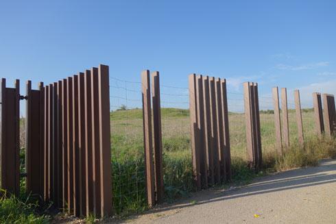 הגדר מעוצבת בדומה לגדר של שטח מרעה לבקר, שהוא השטח שמקיף את הגבעה (צילום: מיכאל יעקובסון)
