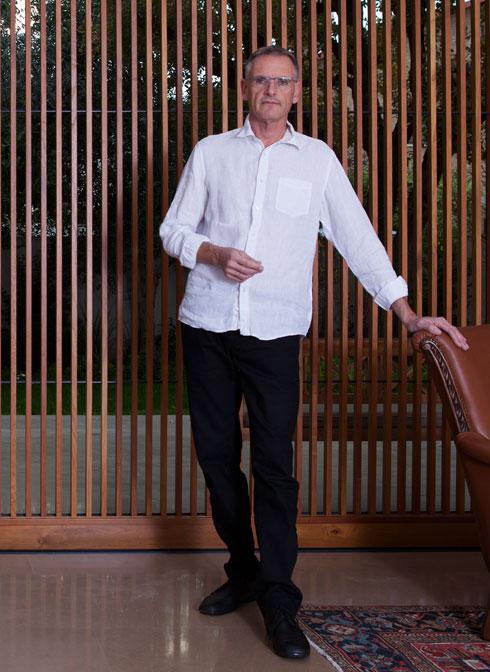 האדריכל מיכאל וייס. איחד את חלקות הקבורה ושילב את המצבות במרבד פרחי אמנון ותמר (צילום: דוריאן גוטליב)