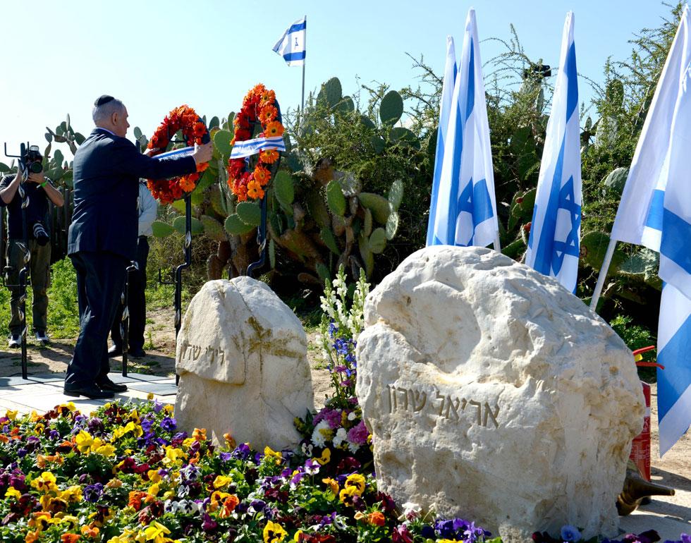 ראש הממשלה בנימין נתניהו מניח זר בחלקת הקבר. בימים אלה מלאו שנתיים למותו של שרון, אחרי שנים ארוכות ללא הכרה (צילום: עמוס בן גרשום, לע''מ)
