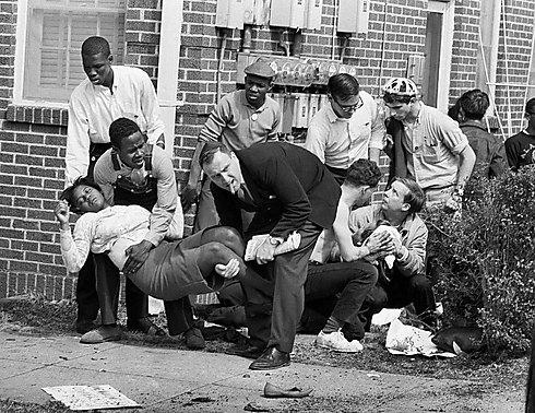 """תמונת השנה של """"לייף"""": הרב אליהו אלן לוין מגיש עזרה לאמיליה בוינטון רובינסון שהוכתה על ידי שוטרים (צילום: AP) (צילום: AP)"""
