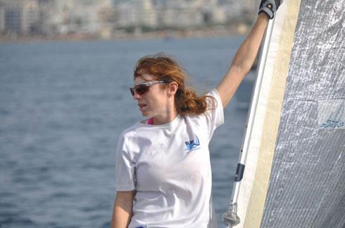 """קוגן על היאכטה. """"הדברים הנכונים קורים בים"""" (צילום: גל קדר – כחול מגזין השיט הישראלי kachol.com)"""