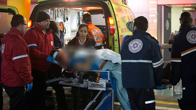 אחת הפצועות בפיגוע בכניסה לבית החולים שערי צדק (צילום: EPA) (צילום: EPA)