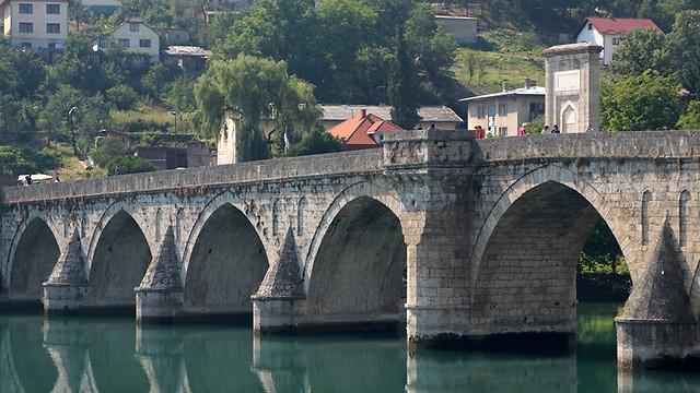 """הגשר המפורסם מעל נהר הדרינה בעיר וישנגראד בבוסניה. על הגשר הזה כתב איוו אנדריץ את הספר המפורסם שהעניק לו פרס נובל """"גשר הדרינה"""" ובו הוא מתאר את המורכבות והסיבוך והמאבקים בבלקן (צילום: ליאור בר) (צילום: ליאור בר)"""