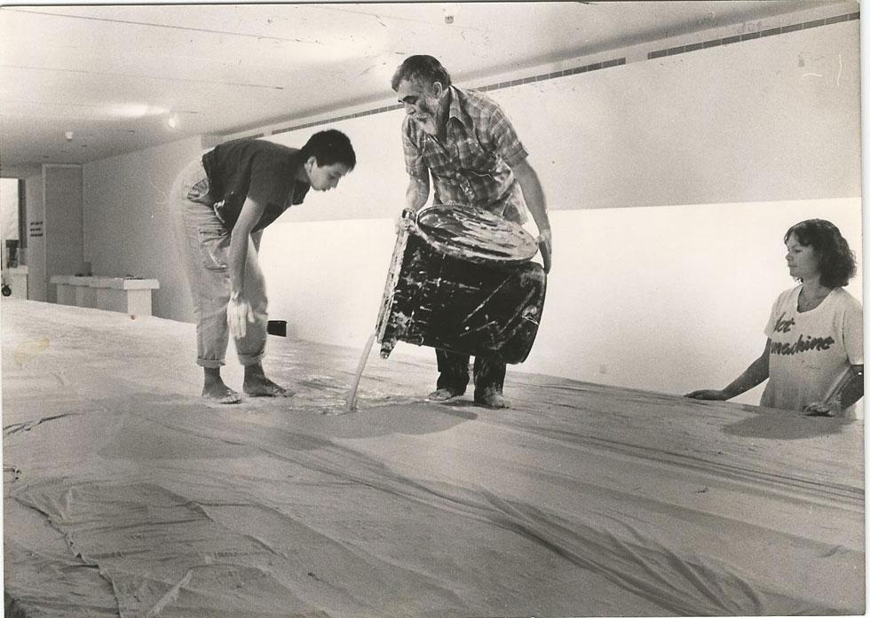 איזיקה גאון, האוצר המיתולוגי של של המחלקה, הקים בה כ-120 תערוכות והפך אותה לאחת הפוריות בעולם בזמנו. כאן בתמונה מ-1986, בונה שולחן תצוגה מגבס לתערוכה ''הרעיון שבצורה'', יחד עם עדנה יושפה, שהייתה אוצרת המשנה, ובתו גלית גאון, היום האוצרת הראשית של מוזיאון העיצוב חולון (צילום: יפה גאון)
