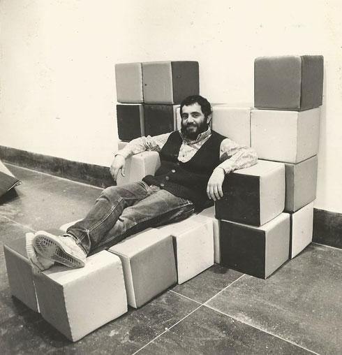 איזיקה גאון בפתיחת התערוכה ''משחקי פיסול'', 1974 (צילום: יפה גאון)