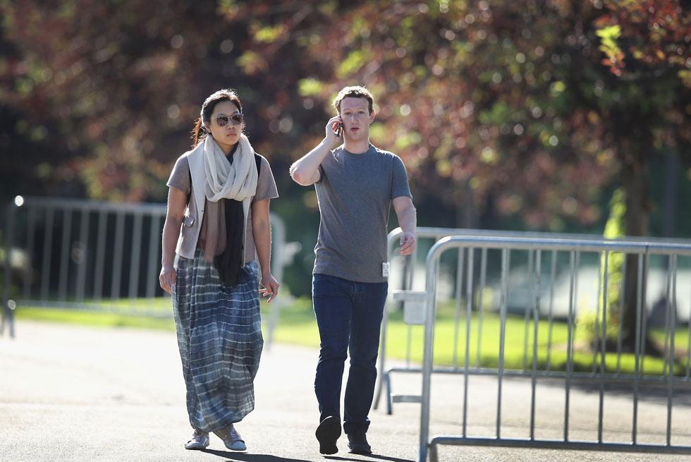 לובש חולצות אפורות גם בשעות הפנאי. מארק צוקרברג ופריסיליה צ'אן (צילום: gettyimages)