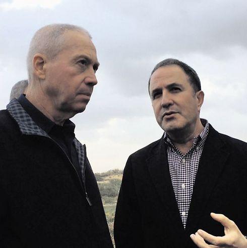 ראש העיר יחיאל לסרי עם שר השיכון יואב גלנט (צילום: פבל טולצינסקי)