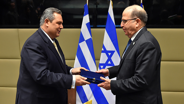 Ya'alon in Greece (Photo: Ariel Hermoni, Defense Ministry)