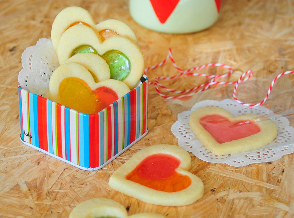 אפשר לשים בכל עוגייה שתי סוכריות, ולקבל תערובת של צבעים (צילום: אפרת מוסקוביץ)