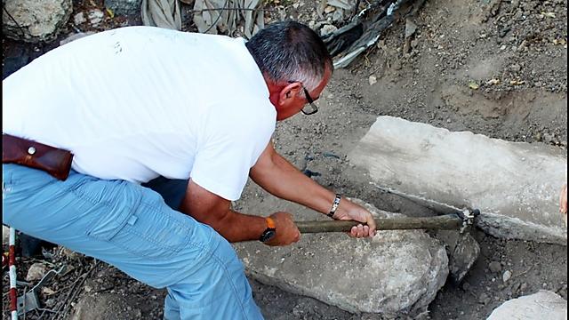 אהרוני אמיתי ליד הכתובות שנחשפו (צילום: מיקי פלג, באדיבות רשות העתיקות)