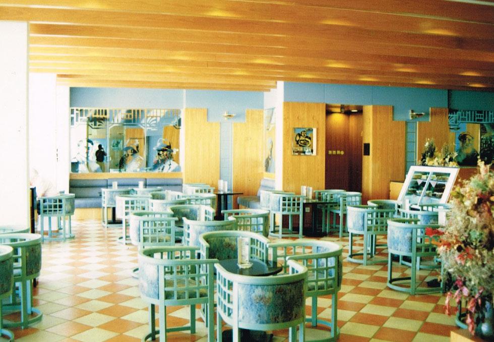 """האדריכלים מאיר פינצ'וק ורפי בלומנפלד, מבכירי מעצבי הפנים בארץ אז, עיצבו לובי, מסעדה וחדר כושר מפואר. לכל אלה אין זכר (צילום: פינצ'וק אדריכלים בע""""מ)"""