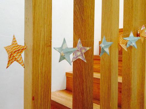 גרילנדת כוכבים תלויה על המעקה (באדיבות מגזין חלבלוב )