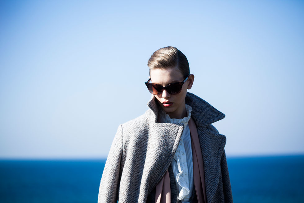 מעיל, מנגו; חולצה, H&M; משקפיים, דיסקוורד (צילום: טינו ואקה)