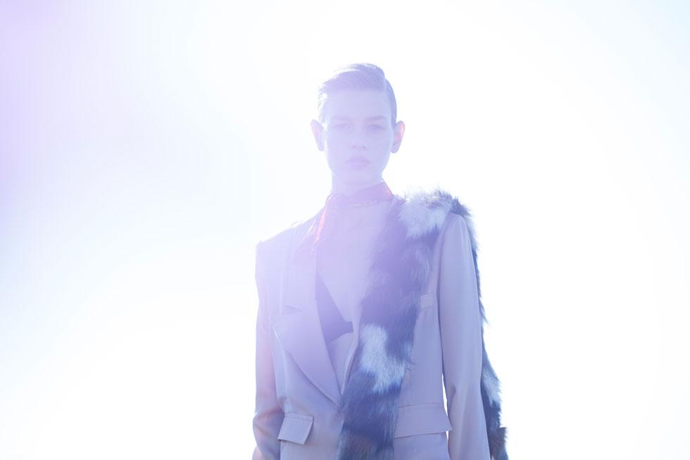 חליפה, עידן לרוס; חזייה, נומרו 13; צעיף פרווה מלאכותית, H&M; צעיף, מאוסף פרטי (צילום: טינו ואקה)