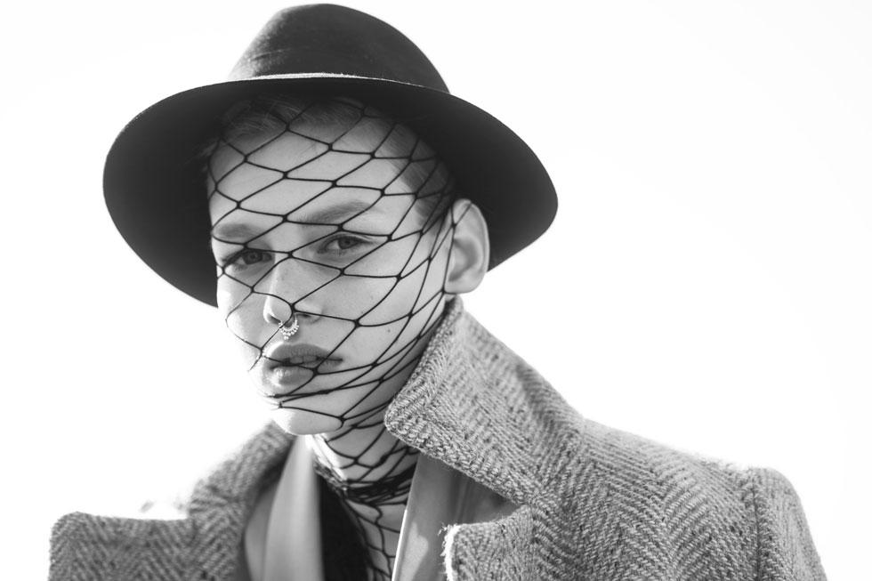 מעיל, מנגו; חליפה, עידן לרוס; כובע, מאוסף פרטי (צילום: טינו ואקה)