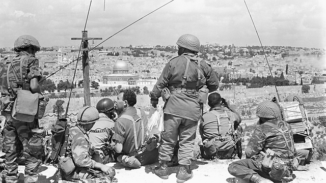 """הצנחנים נכנסים לירושלים במלחמת ששת הימים (צילום: עמוס צוקר, באדיבות ארכיון צה""""ל במשרד הביטחון ו""""במחנה"""") (צילום: עמוס צוקר, באדיבות ארכיון צה"""