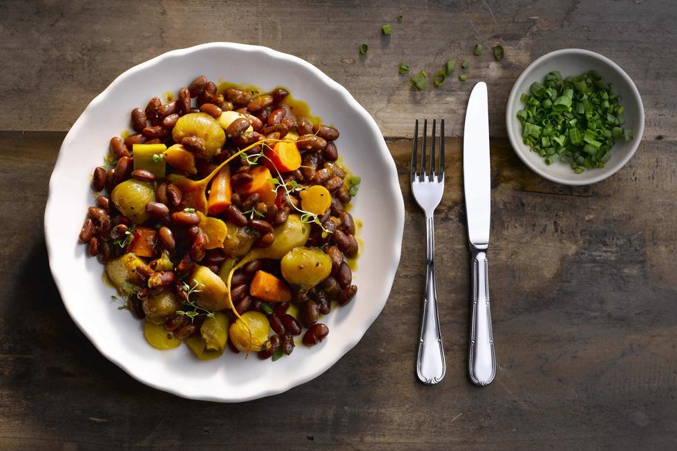 תבשיל ירקות שורש ושעועית אדומה (צילום: רונן מנגן)