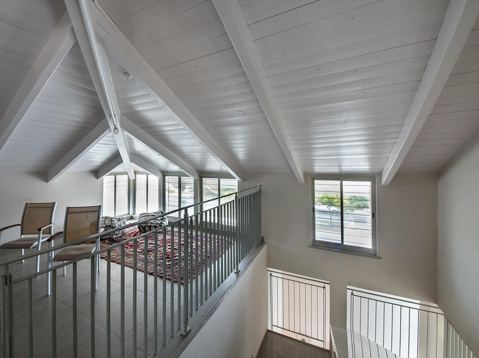 האדריכלית נעמה שבתאי ציזר מסבירה שהכוונה הייתה להימנע ממראה מוסדי של פנימייה ככל האפשר, וליצור תחושת בית ואיכות חיים (צילום: עמית גושר)