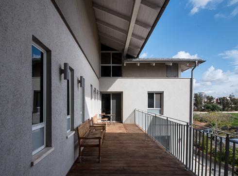 מרפסת בקומה העליונה (צילום: עמית גושר)