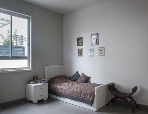 אחד מחדרי השינה. 16 מ''ר לשני דיירים (צילום: עמית גושר)