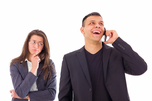 לא יצרת קשר במהלך הטיול ועכשיו אתה בטלפון. מה אתה מסתיר? (צילום: Shutterstock) (צילום: Shutterstock)
