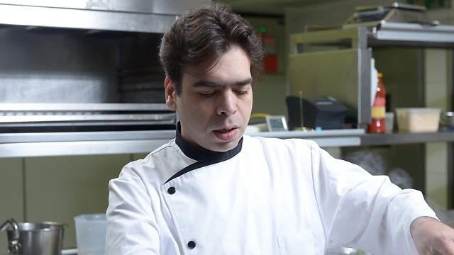 """השף רפי כהן במטבח של מסעדת """"רפאל"""" (צילום: ירון ברנר)"""